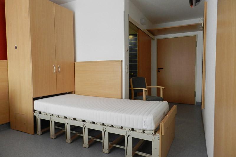 schrankbetten das bett aus dem schrank als raumwunder medicasa pflegebetten. Black Bedroom Furniture Sets. Home Design Ideas